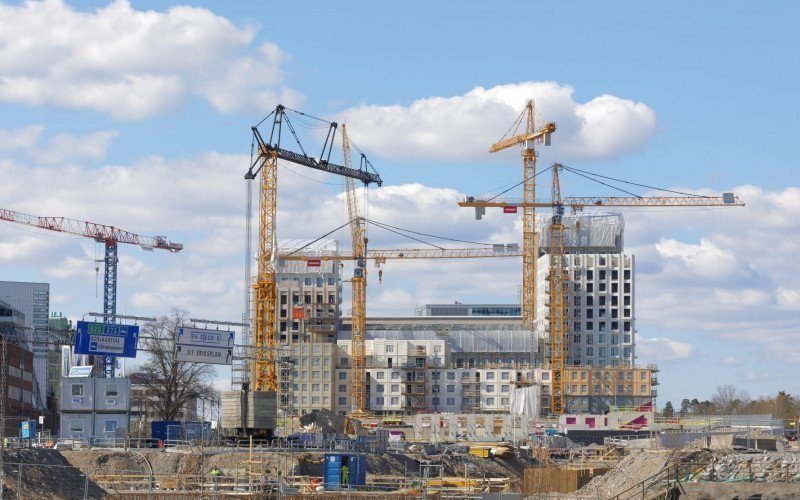 /assets/img/21033919-cranes-building-building-houses-in-the-new-district-new.jpg