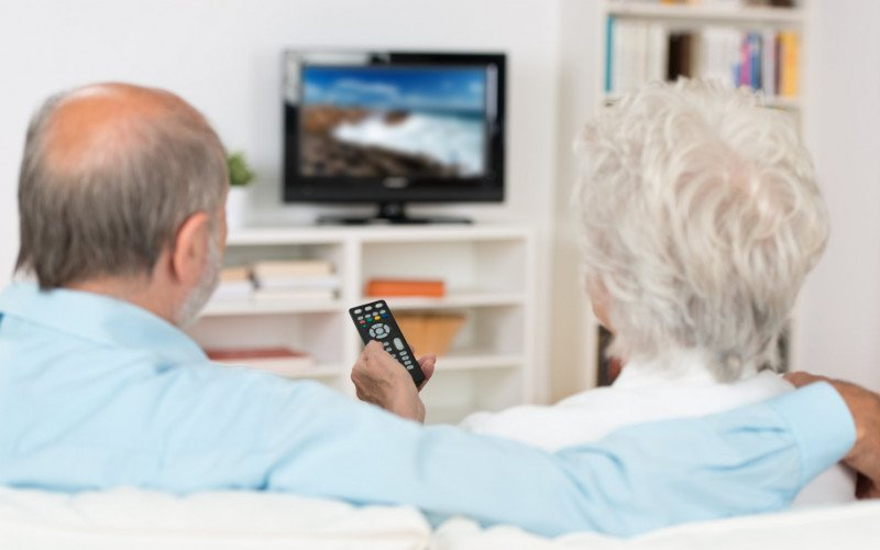 /assets/img/7625413-elderly-couple-watching-television.jpg