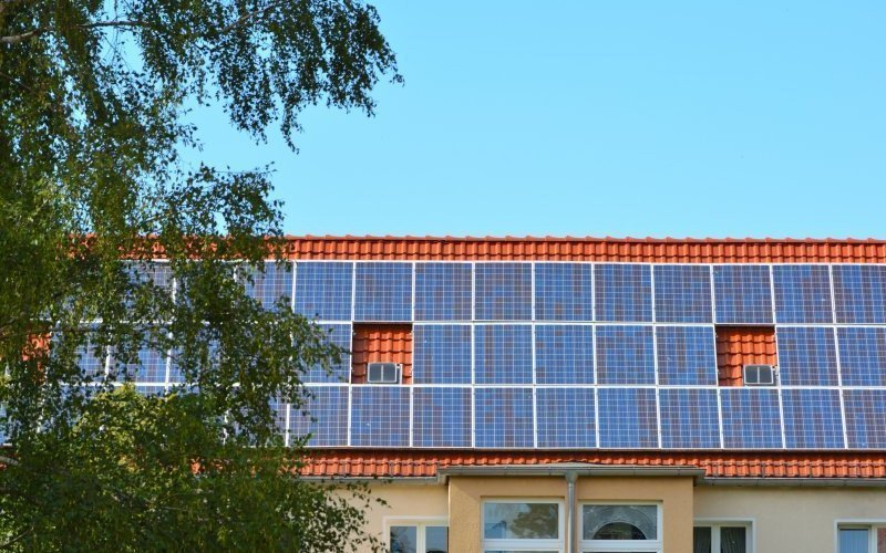 /assets/img/mostphotos/16411380-solar-energy-panels-on-roof-of-house.jpg